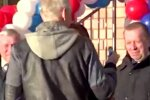 """Депутат підніс """"змащуючий"""" презент чиновнику: вазелін допоможе витримати перевірку, відео"""