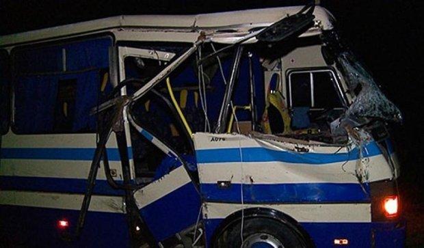 Автобус столкнулся с трактором: погибли два человека (фото, видео)