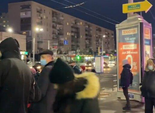 """В Хмельницком """"пробки"""" из пассажиров, пустые троллейбусы не останавливаются: соскучились по локдауном?"""