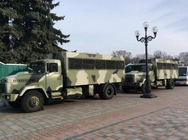 Біля будівлі Верховної Ради з'явились броньовані КрАЗи