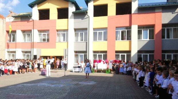 Двоїться в очах: школа під Львовом похизувалася рекордною кількістю близнюків