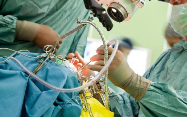 Справжнє диво: кардіологи врятували дівчинку з серцем назовні