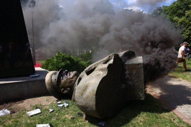 Знесення пам'ятника Жукову в Харкові: до активістів нагрянули копи