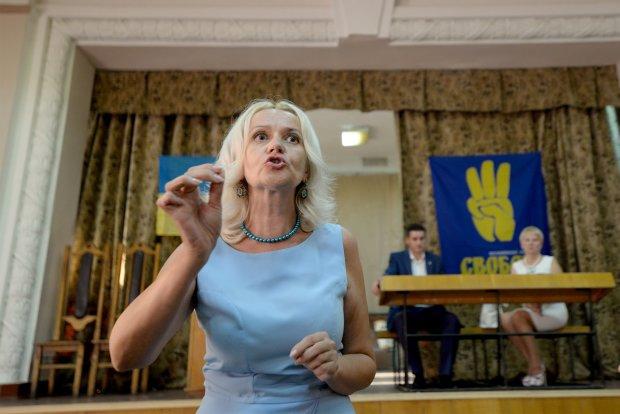 Фарион набросилась на украинцев: снимаешь туфли и даешь по морде