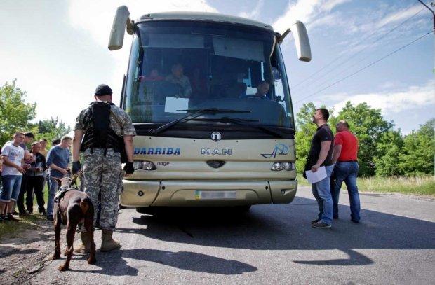 Оккупанты устроили ад на границе: заставляют ждать по 12 часов при +34