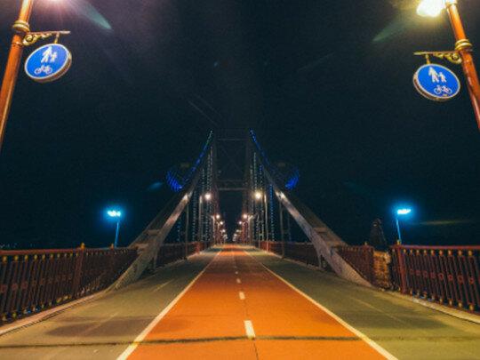 На стеклянный мост Кличко ворвалось авто, неадекватные экстремалы забыли выключить камеру