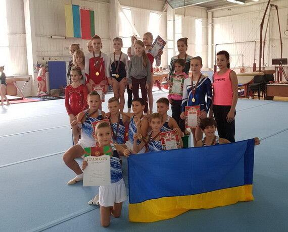 Одесо, зустрічай переможців: маленькі гімнасти повернулися з Білорусі, обвішані медалями