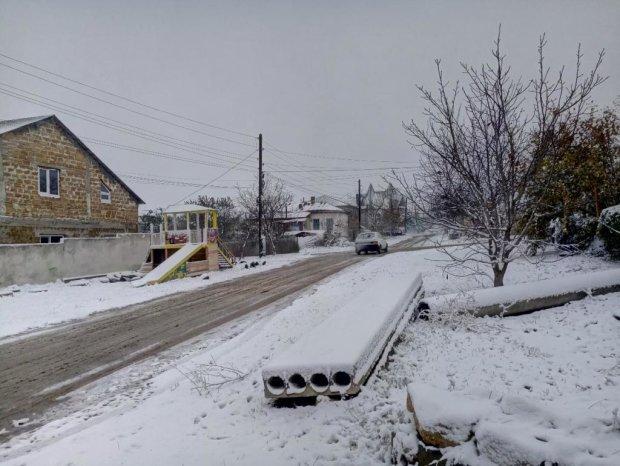 В Крыму выпал снег, коммунальщики не справляются