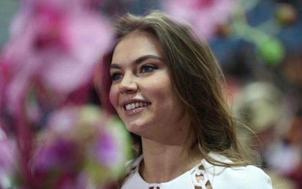 Монархия головного мозга: путинская гимнастка укуталась в регалии