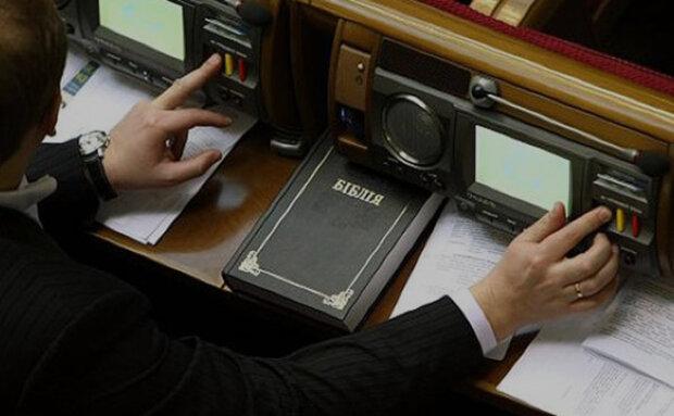 Депутати вирішили, як карати за кнопкодавство: відрубувати руки, позбавляти мандата або відправляти за грати