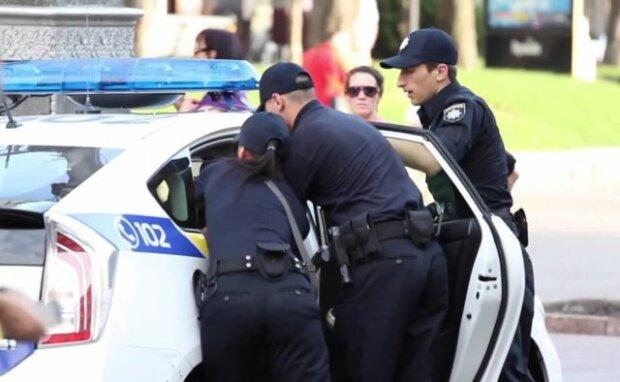 На глазах у копов: в Киеве вежливый иностранец ограбил девушку с коляской