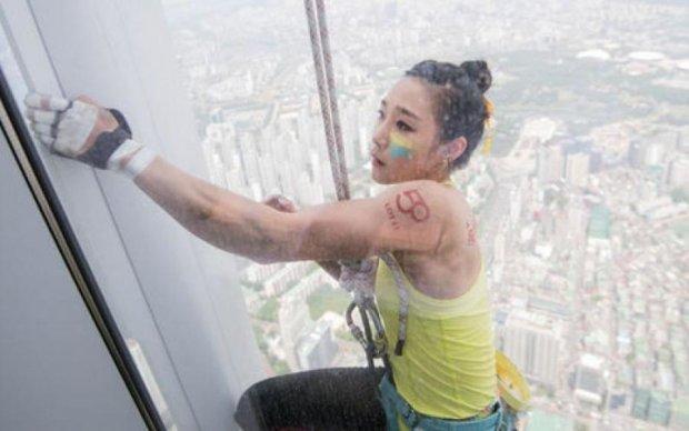 Хрупкая кореянка покорила рекордный небоскреб голыми руками