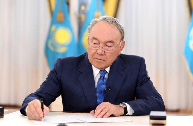 Сусід Путіна встромив йому ніж у спину: заборонити російську мову