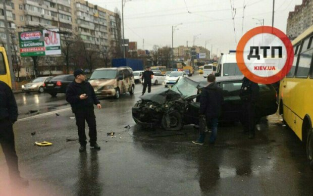 Легковушка протаранила маршрутку на Троещине: водитель в реанимации