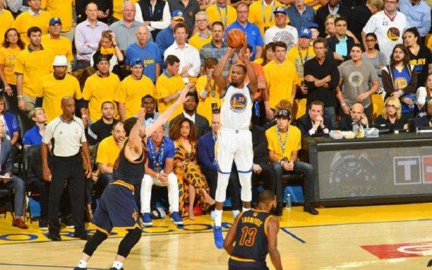 НБА: Голден Стейт легко впорався з Клівлендом в першому матчі фіналу
