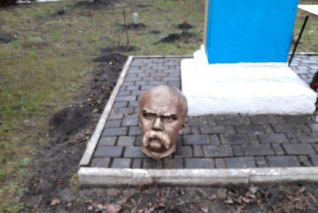 Вандалы отрезали голову памятнику Шевченко: blitz.if.ua