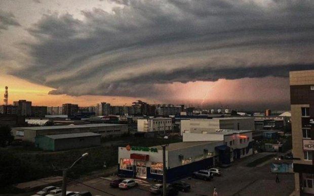 """Потужний ураган мало не """"поховав"""" російське місто: шокуючі кадри"""