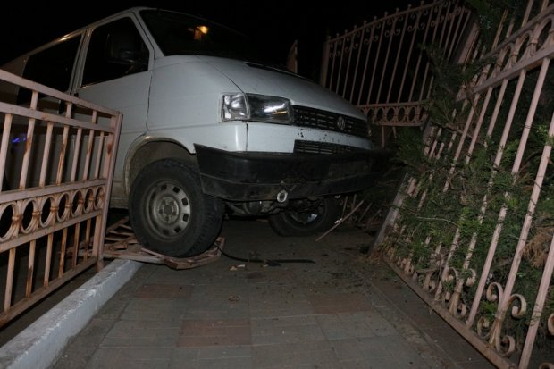 ДТП под Киевом: водитель разнес припаркованное авто вместе с забором