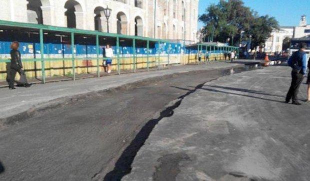На Контрактовій площі демонтували трамвайні рейки (фото)