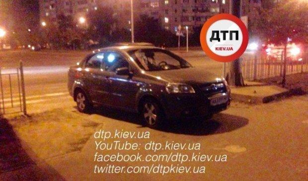 Парковщик 80 рівня: нахабний водії кинув машину перед зеброю