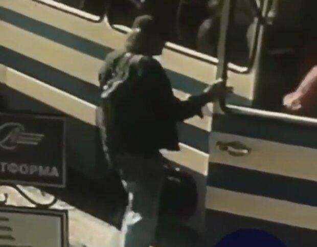 Великий наплічник за спиною і масивна сумка в руках: з'явилося відео, як луцький терорист сідає в автобус
