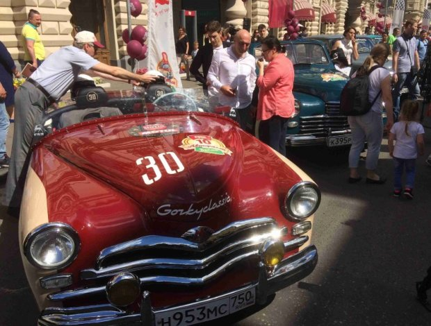 """Никто не видел на дорогах со времен СССР: в старом гараже откопали самую древнюю машину, как выглядит """"старичок"""""""