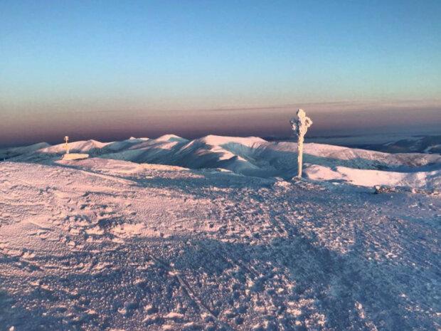 У засніжених Карпатах облаштувалася Снігова королева: оприлюднено казкові кадри ранкових українських гір