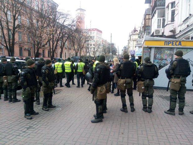 Военные и полиция окружили центр Киева, подходы перекрыты, связь глушат: фоторепортаж