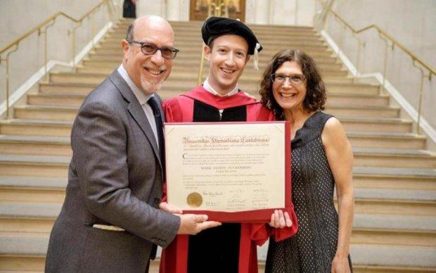 Цукерберг показал честно заработанный диплом