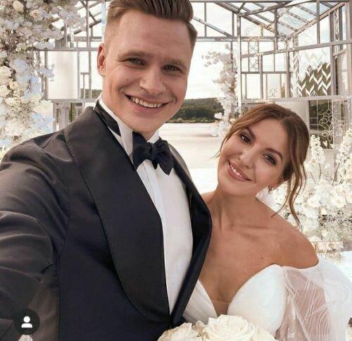 Блогерша из Тернополя похвасталась шикарной свадьбой на всю страну: два платья, жених на коне и Виктор Павлик вместо тамады