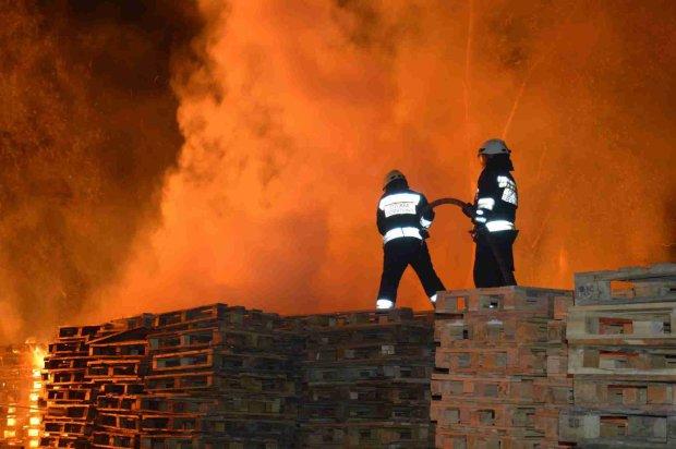 Безхатченки влаштували страшну пожежу в багатоповерхівці, городяни в паніці: відео