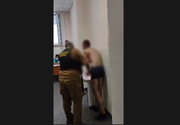 Буйний пацієнт, скріншот з відео