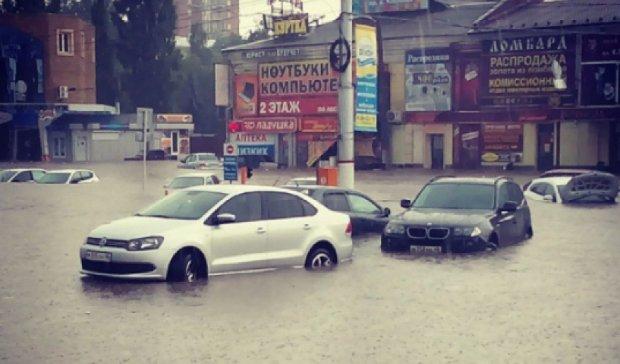 Улицы Москвы и Курска затопил ливень (фото)