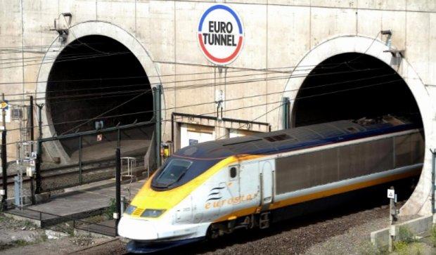 Сотни мигрантов прорвались в Евротоннель и остановили его работу