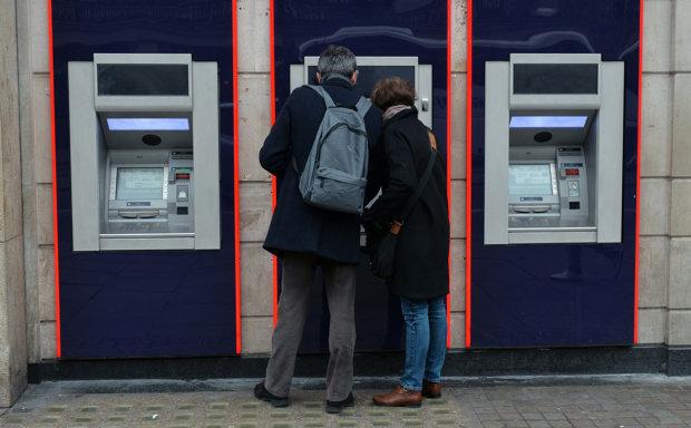 Українські шахраї обдурили банкомати:  картон замість  готівки