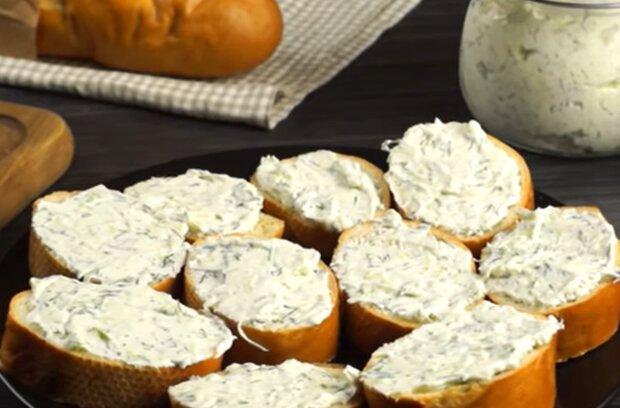Домашний сыр с зеленью, кадр из видео