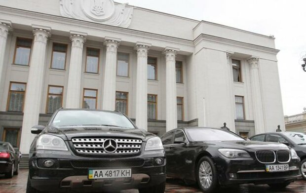 Автомобили возле Рады, фото:facebook.com thetopgir
