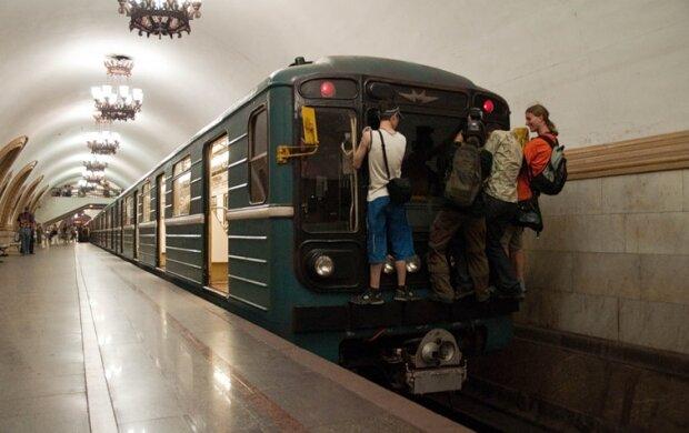 """В киевской подземке подсчитали любителей экстрима: """"Одному уже отрезало голову"""""""
