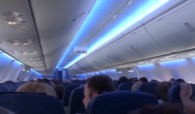 Салон літака, скріншот: YouTube