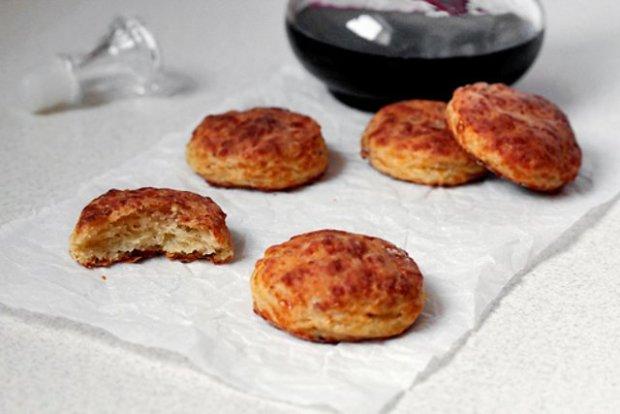 Скорее бегите готовить: рецепт потрясающих сырных бисквитов