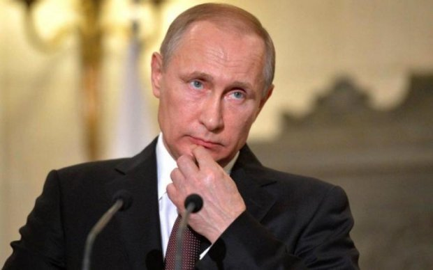 Вор и убийца: Путина облили кровью в Берлине