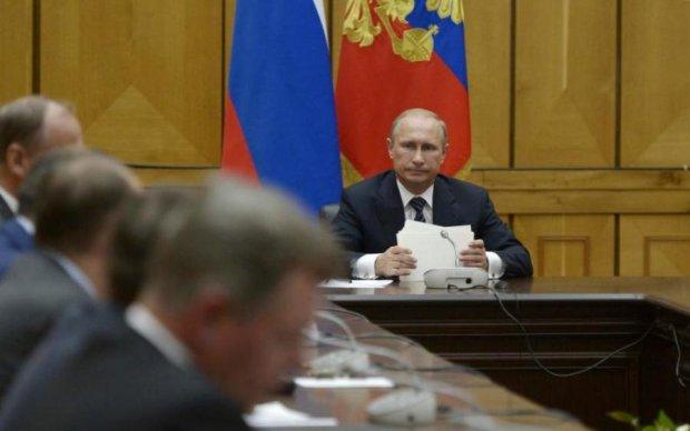 Путін терміново скликав вірних псів після розмови з Порошенком