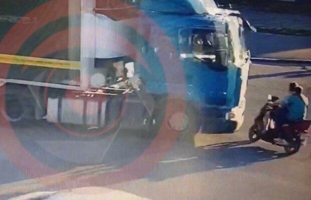 В Днепре грузовик смел мотоцикл и дал по газам - железный конь вдребезги, дорога в крови