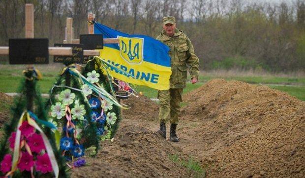 Погибшим под Иловайском установили мемориальный крест