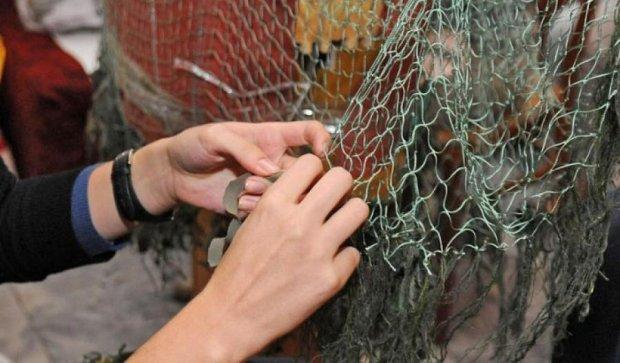 У столичному музеї жінки плетуть маскувальні сітки для бійців АТО (фото)