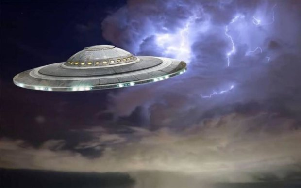Нашествие НЛО: гигантский корабль пришельцев попал на камеры