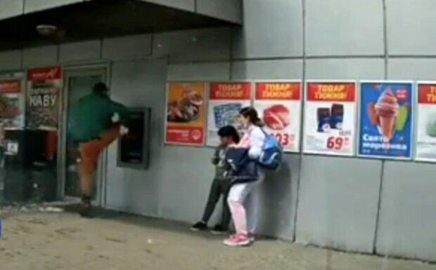 """Неадекват відгамселив банкомат і погнув чужу автівку: поліція розшукує """"каратиста"""""""