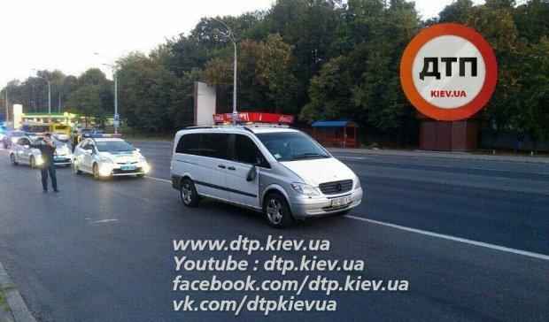 Перебігав 6 смуг: у Києві Mercedes збив порушника