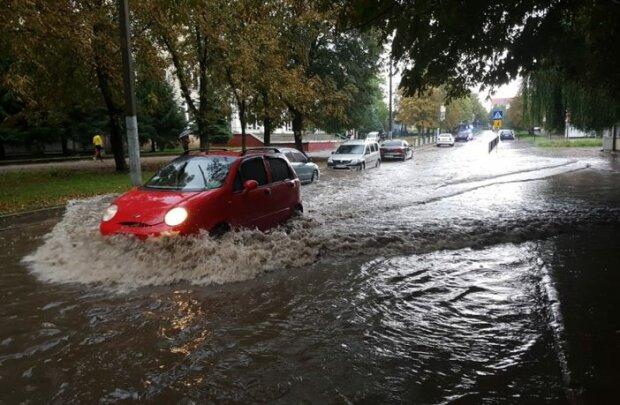 Львовяне, пересаживайтесь в лодки: аномальный ливень превратил город в Венецию