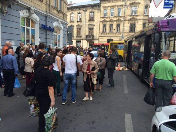 """Во Львове водитель автобуса отправится на нары за гибель пятилетней малышки - """"Тянул колесами по асфальту"""""""